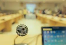Μαύρο μικρόφωνο στη αίθουσα συνδιαλέξεων (Φιλτραρισμένη εικόνα processe Στοκ Φωτογραφία