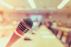 Μαύρο μικρόφωνο στη αίθουσα συνδιαλέξεων (Φιλτραρισμένη εικόνα processe Στοκ Φωτογραφίες