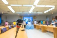Μαύρο μικρόφωνο στη αίθουσα συνδιαλέξεων (Φιλτραρισμένη εικόνα processe Στοκ Εικόνες