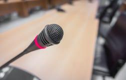 Μαύρο μικρόφωνο στη αίθουσα συνδιαλέξεων (φιλτραρισμένο επεξεργασμένο εικόνα β Στοκ εικόνες με δικαίωμα ελεύθερης χρήσης