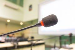 Μαύρο μικρόφωνο στη αίθουσα συνδιαλέξεων (φιλτραρισμένο επεξεργασμένο εικόνα β Στοκ φωτογραφία με δικαίωμα ελεύθερης χρήσης