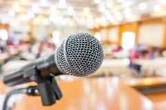 Μαύρο μικρόφωνο στη αίθουσα συνδιαλέξεων Στοκ φωτογραφίες με δικαίωμα ελεύθερης χρήσης