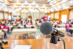 Μαύρο μικρόφωνο στη αίθουσα συνδιαλέξεων Στοκ φωτογραφία με δικαίωμα ελεύθερης χρήσης