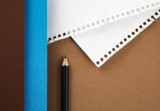 Μαύρο μολύβι σε χρωματισμένο χαρτί Στοκ φωτογραφία με δικαίωμα ελεύθερης χρήσης