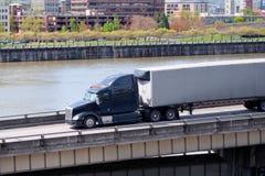 Μαύρο μοντέρνο μεγάλο ημι φορτηγό εγκαταστάσεων γεώτρησης με το ξηρό runni ρυμουλκών φορτηγών ημι Στοκ Εικόνες