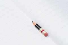 Μαύρο μολύβι με τη ρόδινη γόμα σε χαρτί Στοκ Φωτογραφία