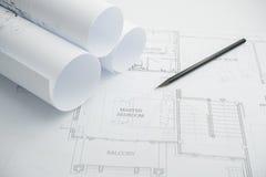 Μαύρο μολύβι σε αρχιτεκτονικούς χαρτί σχεδίων και τους ρόλους Στοκ φωτογραφία με δικαίωμα ελεύθερης χρήσης