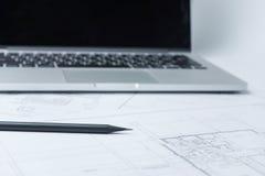 Μαύρο μολύβι σε αρχιτεκτονικό χαρτί σχεδίων και ρόλοι για την κατασκευή Στοκ Φωτογραφίες