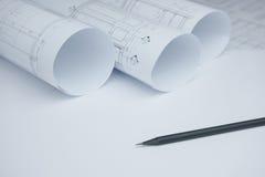 Μαύρο μολύβι σε αρχιτεκτονικό χαρτί σχεδίων και ρόλοι για το constr Στοκ φωτογραφία με δικαίωμα ελεύθερης χρήσης