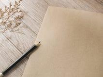 Μαύρο μολύβι σε φυσικό καφετί χαρτί στοκ φωτογραφία με δικαίωμα ελεύθερης χρήσης