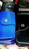 Μαύρο μπλε προϋπολογισμών αποταμίευσης χρημάτων πορτοφολιών δέρματος Στοκ εικόνες με δικαίωμα ελεύθερης χρήσης