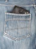 Μαύρο να κολλήσει πορτοφολιών δέρματος στην πίσω τσέπη των τζιν τζιν Στοκ Εικόνα