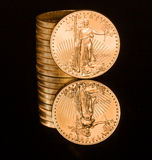 μαύρο νόμισμα χρυσό αντανάκλαση ουγγιών στοκ εικόνες
