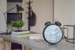 Μαύρο ξυπνητήρι στον πίνακα εργασίας Στοκ Εικόνα
