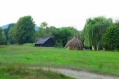 Μαύρο ξύλινο σπίτι στον τομέα Στοκ φωτογραφία με δικαίωμα ελεύθερης χρήσης