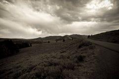μαύρο οδικό λευκό βουνών Στοκ φωτογραφία με δικαίωμα ελεύθερης χρήσης