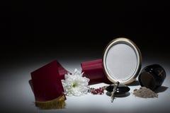 Μαύρο δοχείο με το κώλυμα, άσπρο χρυσάνθεμο, rosary για τη συμπόνοια Στοκ Εικόνα