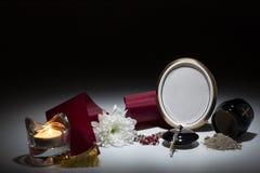 Μαύρο δοχείο με το κώλυμα, άσπρο χρυσάνθεμο, rosary για τη συμπόνοια Στοκ φωτογραφία με δικαίωμα ελεύθερης χρήσης