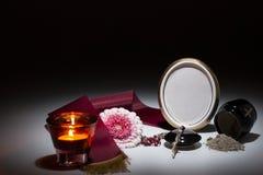 Μαύρο δοχείο με το κώλυμα, λουλούδι gerbera, κερί, rosary για το symp Στοκ Εικόνα