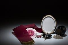 Μαύρο δοχείο με το κώλυμα, λουλούδι gerbera, rosary για το αυτοκίνητο συμπόνοιας Στοκ Φωτογραφίες