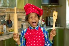 Μαύρο παιδί με το μαγείρεμα των εργαλείων Στοκ φωτογραφία με δικαίωμα ελεύθερης χρήσης