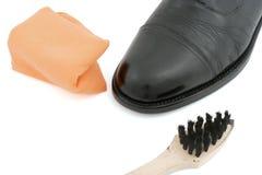 Μαύρο παπούτσι δέρματος με το κουρέλι και τη βούρτσα Στοκ Εικόνες