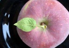 μαύρο πιάτο μήλων Στοκ Φωτογραφίες