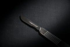 Μαύρο πιάτο μαχαιριών χειρουργικών επεμβάσεων Στοκ Εικόνα