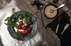 Μαύρο πιάτο με τη φράουλα στο παλαιό άσπρο τραπεζομάντιλο δαντελλών Στοκ φωτογραφία με δικαίωμα ελεύθερης χρήσης