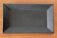 Μαύρο πιάτο ορθογωνίων στον πίνακα Στοκ φωτογραφία με δικαίωμα ελεύθερης χρήσης