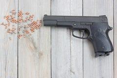 Μαύρο πνευματικό πυροβόλο όπλο σε ένα πάτωμα Στοκ Εικόνες