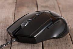 Μαύρο ποντίκι υπολογιστών στην παλαιά ξύλινη κινηματογράφηση σε πρώτο πλάνο υποβάθρου Στοκ φωτογραφία με δικαίωμα ελεύθερης χρήσης