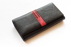 Μαύρο πορτοφόλι πορτοφολιών γυναικών που απομονώνεται στο άσπρο υπόβαθρο Στοκ Φωτογραφία
