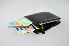 Μαύρο πορτοφόλι δέρματος με τα ευρο- χρήματα Στοκ Εικόνες
