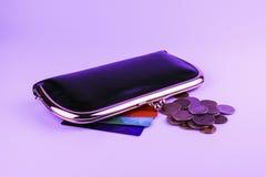 Μαύρο πορτοφόλι γυναικών ` s δέρματος δίπλα στο οποίο χρωματισμένες κάρτες έκπτωσης στοκ φωτογραφία με δικαίωμα ελεύθερης χρήσης