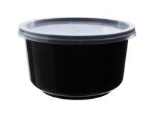Μαύρο πλαστικό κύπελλο με τη σαφή ΚΑΠ που απομονώνεται στο άσπρο υπόβαθρο Στοκ Φωτογραφίες