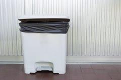 Μαύρο πλαστικό τσαντών άσπρο σε trashcan στοκ εικόνες με δικαίωμα ελεύθερης χρήσης