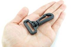 Μαύρο πλαστικό snaplink με το βρόχο για την παρεμβολή της ζώνης υφάσματος στο εκτάριο Στοκ Φωτογραφίες