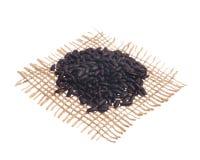 μαύρο ρύζι Σιτάρια πέρα από hessian το ύφασμα, απομονωμένο άσπρο backgroun Στοκ εικόνα με δικαίωμα ελεύθερης χρήσης
