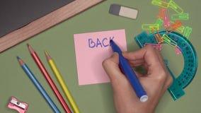 μαύρο σχολείο έννοιας βιβλίων ανασκόπησης copyspace Χέρι γυναίκας που γράφει ΠΙΣΩ στο ΣΧΟΛΕΙΟ στο σημειωματάριο απόθεμα βίντεο