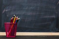 μαύρο σχολείο έννοιας βιβλίων ανασκόπησης copyspace Μολύβια με τον πίνακα κιμωλίας ως υπόβαθρο Στοκ Εικόνες