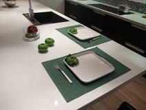 μαύρο σύγχρονο καθιερώνον τη μόδα λευκό κουζινών σχεδίου Στοκ φωτογραφία με δικαίωμα ελεύθερης χρήσης