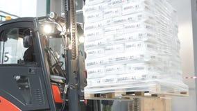 Μαύρο σύγχρονο Forklift παίρνει και μετέφερε το σωρό τσαντών γύψου απόθεμα βίντεο