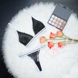 Μαύρο σύνολο δαντελλωτός εσώρουχου στην άσπρη γούνα Πορτοκαλιά τριαντάφυλλα και μάτι s Στοκ φωτογραφίες με δικαίωμα ελεύθερης χρήσης