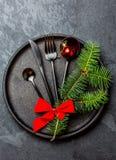 Μαύρο σύνολο μαχαιροπήρουνων, διακόσμηση Χριστουγέννων στο πιάτο σιδήρου, υπόβαθρο πλακών Στοκ εικόνα με δικαίωμα ελεύθερης χρήσης