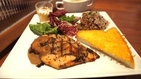 Μαύρο σύνολο σχαρών μπριζόλας πιπεριών κοτόπουλου και βουτύρου toa τυριών ψωμιού Στοκ εικόνα με δικαίωμα ελεύθερης χρήσης
