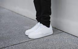 Μαύρο τζιν και άσπρα πάνινα παπούτσια Στοκ εικόνες με δικαίωμα ελεύθερης χρήσης