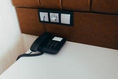 Μαύρο τηλέφωνο σε ένα σύγχρονο δωμάτιο ξενοδοχείου στοκ φωτογραφία με δικαίωμα ελεύθερης χρήσης