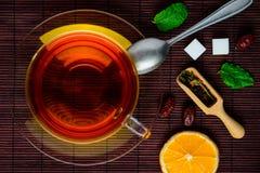 Μαύρο τσάι και ξηροί καρποί Στοκ φωτογραφία με δικαίωμα ελεύθερης χρήσης