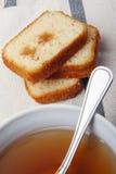 Μαύρο τσάι με τη ζάχαρη και κέικ με τη μαρμελάδα σε μια πετσέτα Στοκ Φωτογραφία